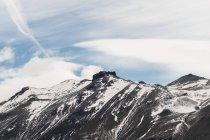 Мрачная одинокая горная вершина под облачным небом в скалистой долине национального парка Торрес-дель-Пайне, Чили — стоковое фото