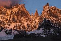Montagnes rocheuses dans la brume couverte de neige au soleil chaud à Tortel, Chili — Photo de stock