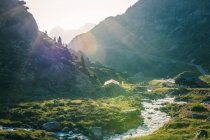 Increíble paisaje de río que fluye entre piedras entre montañas en Suiza - foto de stock