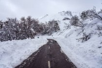Winter road with snow in the North of Spain Mountains — Stock Photo