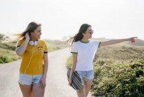 Elegante ragazze fiduciose in estate — Foto stock