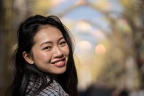 Счастливая девушка на улице в центре города — стоковое фото