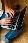 Barbu pigiste en utilisant un ordinateur portable à la maison — Photo de stock