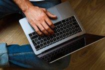 Freelance en utilisant un ordinateur portable à la maison — Photo de stock