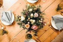 Dall Alto Vista Di Composizione Decorativa Su Tavolo Di Legno Bello Al Chiuso Stock Photo 179737976