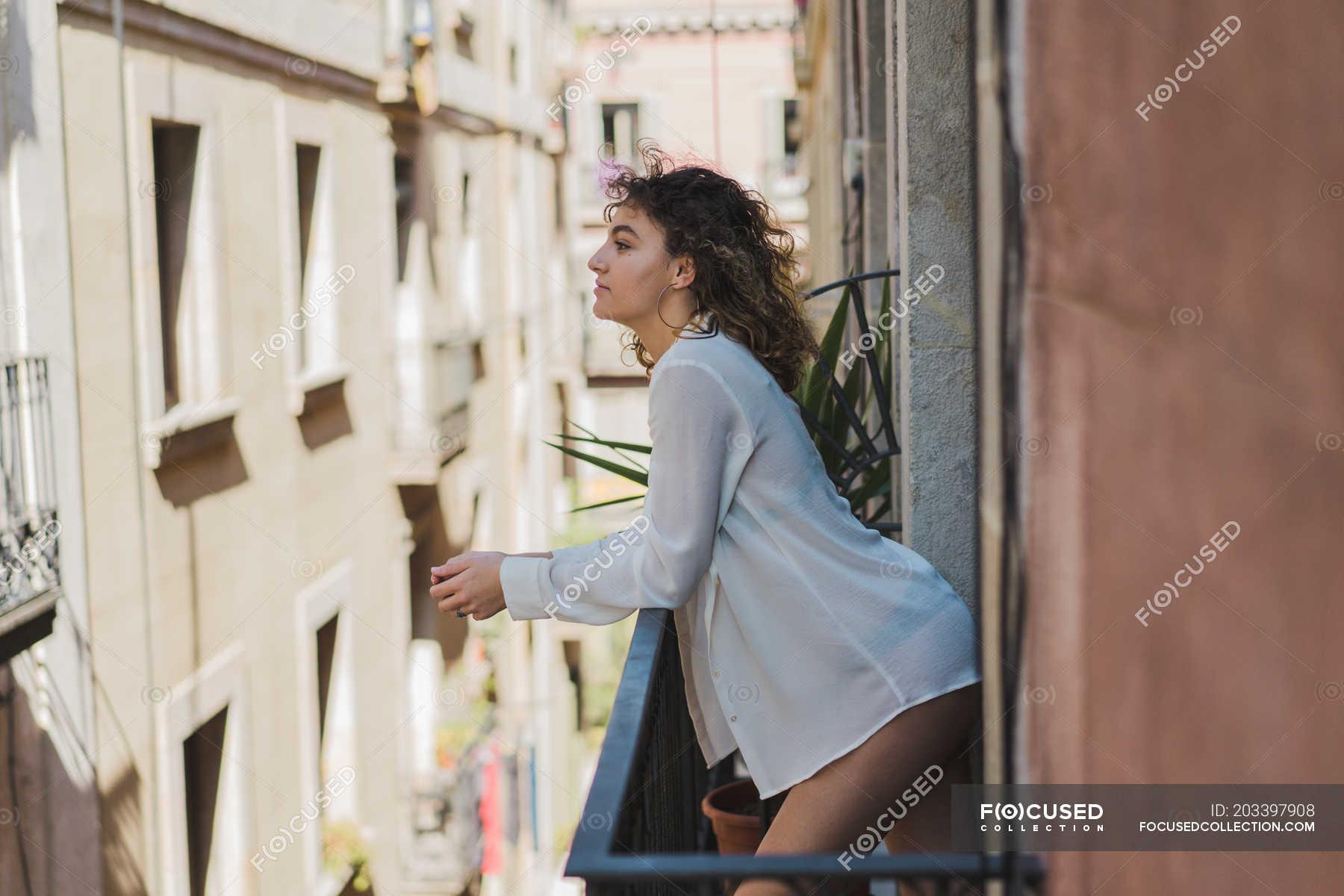 Ютуб девушка на балконе, порно лифчики с вырезами для сосков