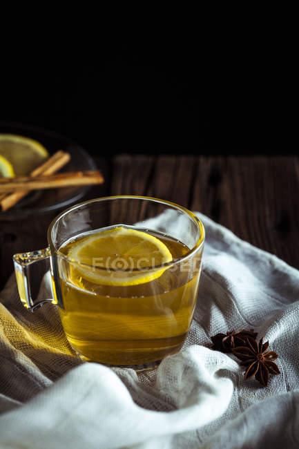 Glas Tee mit Zitrone — Stockfoto