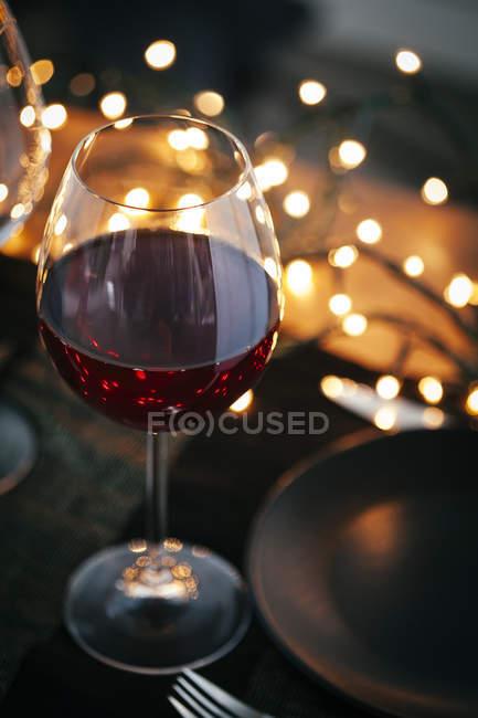 Vasos de vino tinto de mesa - foto de stock