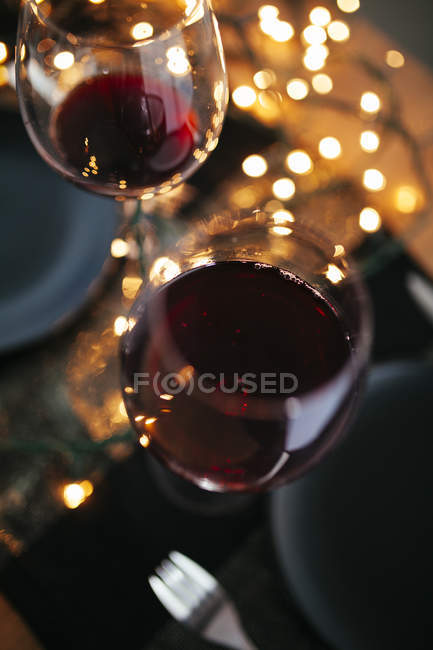 Glasses of red wine on table — Stock Photo