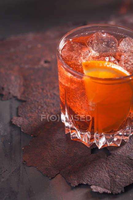 Скло вермут з льодом і помаранчевий — стокове фото