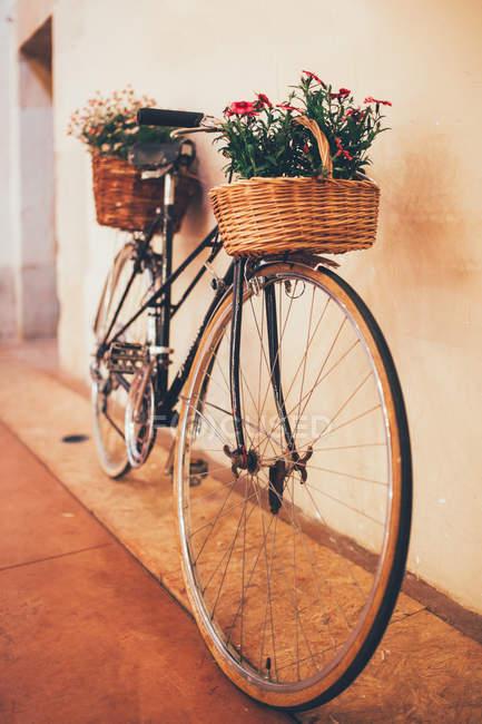 Bicicleta de época con flores - foto de stock