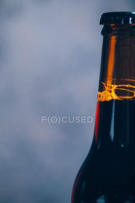 Botella de cerveza cultivada - foto de stock