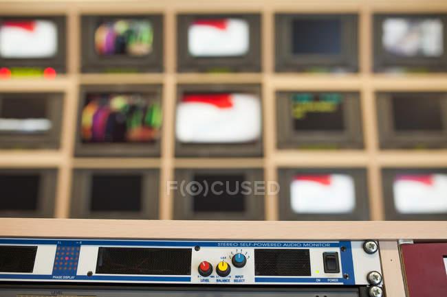 Equipo de estudio de televisión profesional - foto de stock
