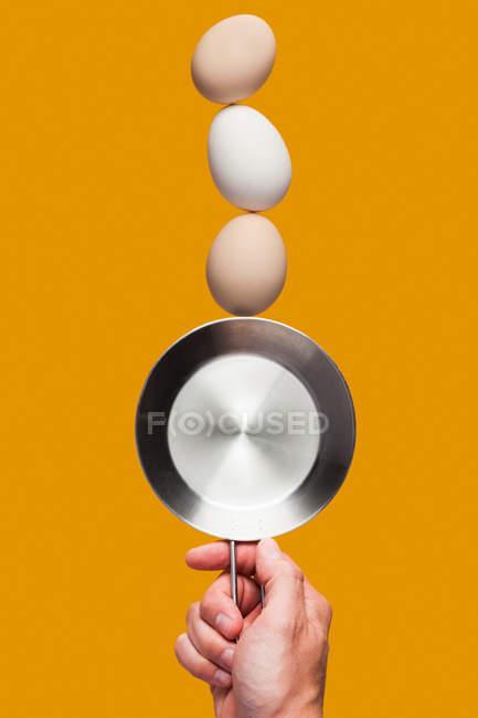 Huevos equilibrados en la sartén - foto de stock