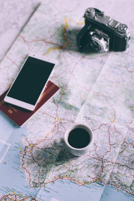 Смартфон, паспорт, чашка кофе — стоковое фото