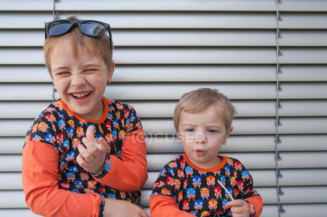 Два маленьких мальчика-брата — стоковое фото