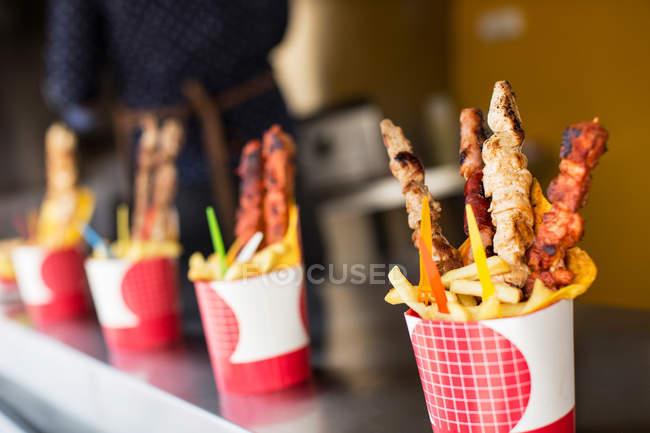 Gegrilltes Fleisch auf Sticks mit Pommes frites — Stockfoto
