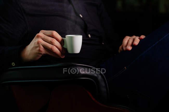 Человек наслаждается чашкой ароматного кофе — стоковое фото
