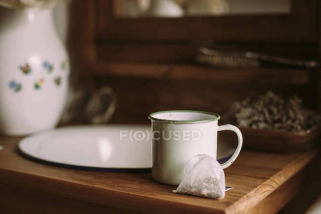 Old tea cup on wooden table — Stock Photo