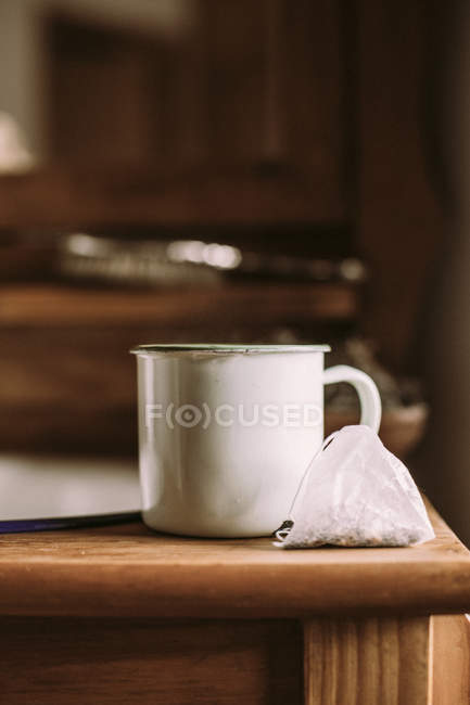 Vecchia tazza di tè sul tavolo di legno — Foto stock