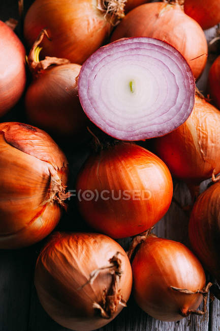 Pile of onions on rustic table — Stock Photo