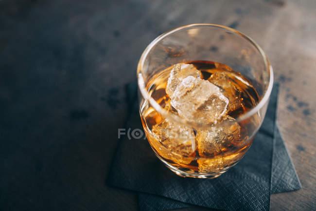 Стакан коньяка со льдом — стоковое фото