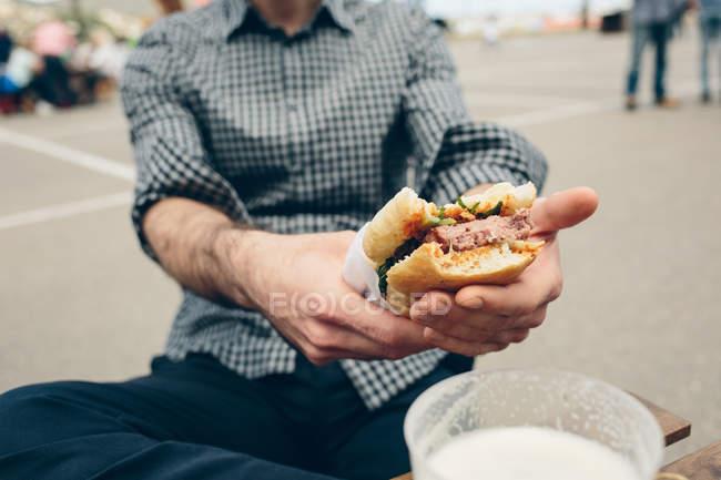 Человек с мясным сэндвичем — стоковое фото