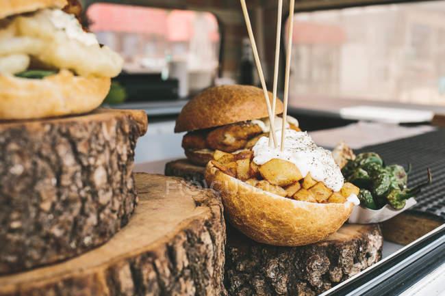 Brötchen mit Fleisch und Soße — Stockfoto