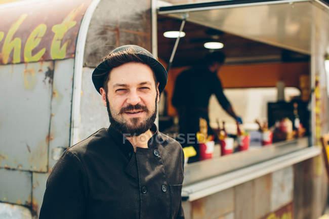 Стильний індивідуальною трудовою діяльністю людини поблизу харчової вантажівка — стокове фото