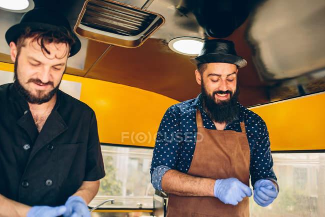 Hommes cuisiniers préparant la nourriture — Photo de stock