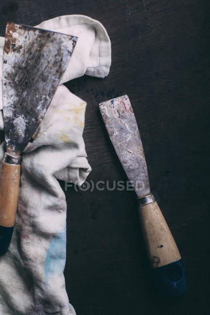 Потрепанный шпатели с грязной тканью — стоковое фото