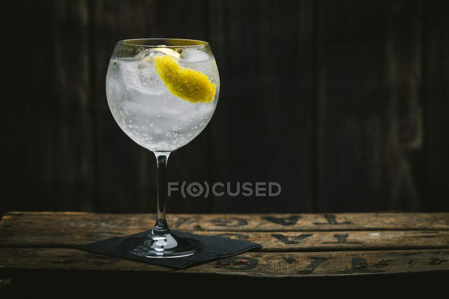 Gin tonic cocktail with lemon and ice — Stock Photo