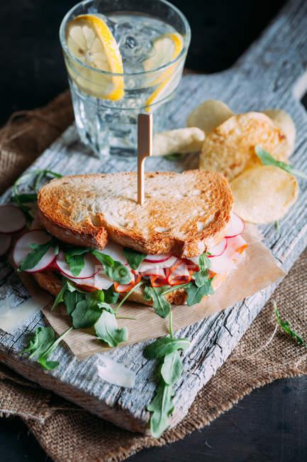 Sanduíche com presunto, rabanete e rúcula — Fotografia de Stock