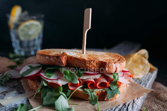 Sandwich mit Schinken, Rettich und Rucola — Stockfoto