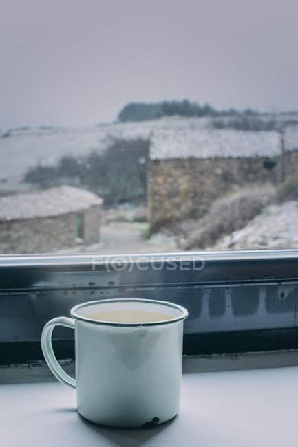 Чашка кофе на подоконнике — стоковое фото