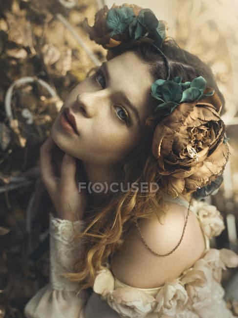 Приваблива дівчина з квітка пов'язка на голову — стокове фото