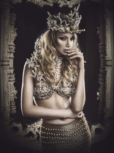 Attraktive sexuelle blonde Frau in der Krone — Stockfoto