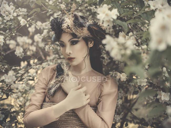 Hermosa mujer asiática con nido de aves - foto de stock