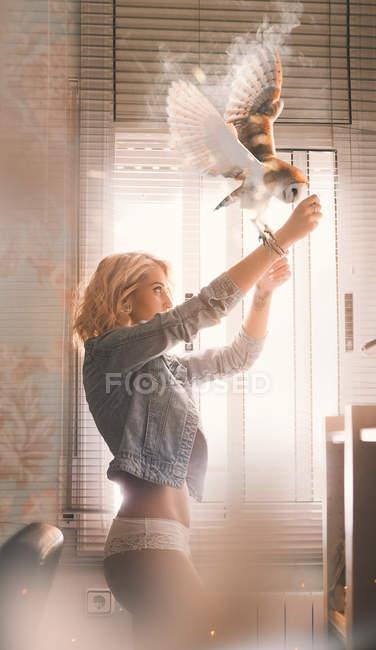Búho mágico en brazo de mujer - foto de stock