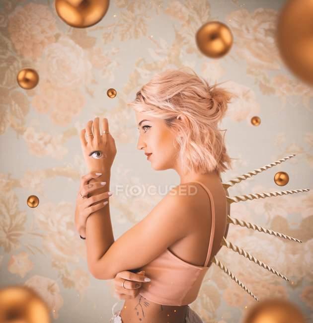 Mujer con ojo en el brazo - foto de stock