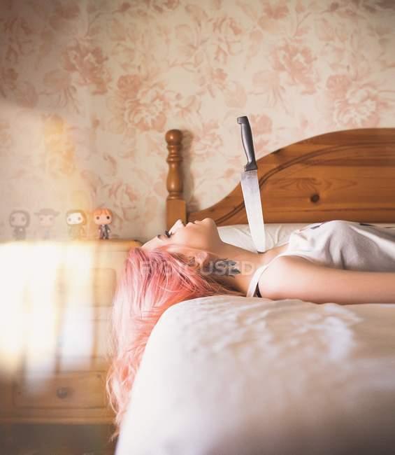 Donna con coltello sporgente dal collo — Foto stock