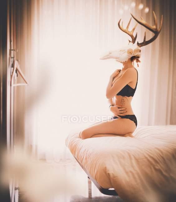 Retrato de mulher usando crânio com chifres — Fotografia de Stock