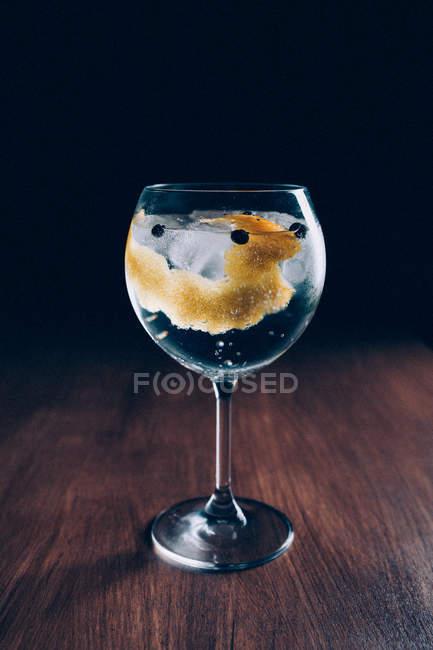 Gin Tonic cocktail mit Zitronenschale — Stockfoto