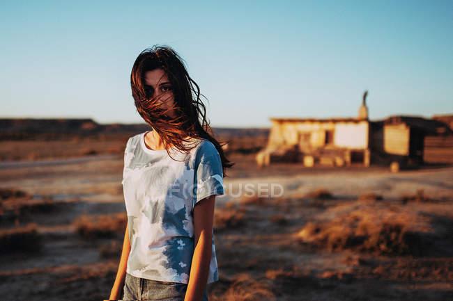 Jeune fille brune aux cheveux venteux — Photo de stock