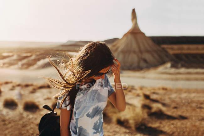 Jeune fille brune marche dans le désert — Photo de stock
