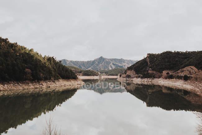 Montañas que reflejan en el lago tranquilo - foto de stock