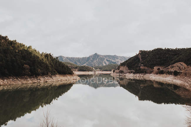 Mountains reflecting in calm lake — Stock Photo
