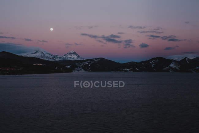 Montagne e fiume di notte — Foto stock
