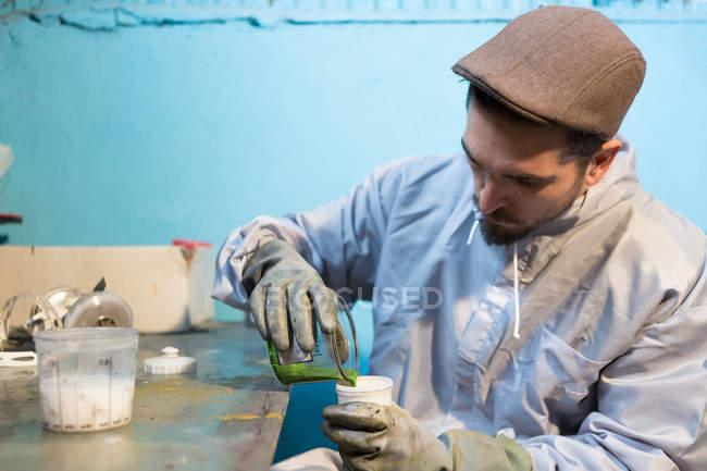 Ремесленник разливает зеленый цвет — стоковое фото
