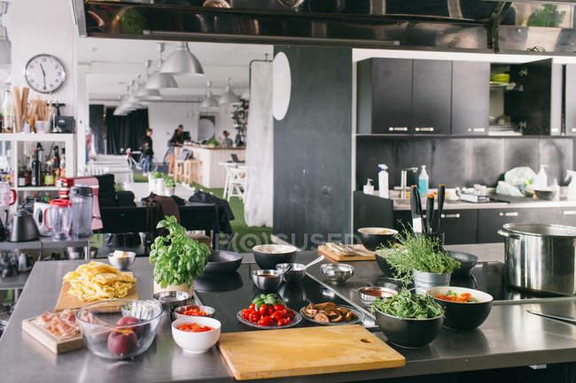 Ingredientes sobre la mesa en la cocina - foto de stock